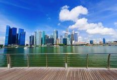 Bâtiment central de district des affaires de ville de Singapour avec s bleu photographie stock libre de droits