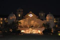 Bâtiment colonial de style d'hôtel de hard rock avec la beaux fontaine et palmiers de guitare dans Univers photos libres de droits