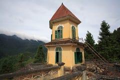 Bâtiment colonial français antique de dôme contre le brouillard dans Sapa Photo stock