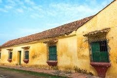 Bâtiment colonial jaune photographie stock