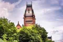 Bâtiment commémoratif historique public à Harvard derrière des arbres photographie stock libre de droits