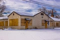 Bâtiment commercial abandonné en hiver Image stock