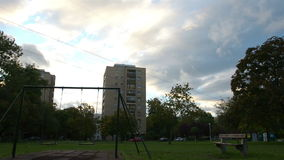 Bâtiment communiste avec le ciel bleu clips vidéos