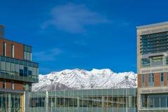 Bâtiment contre la montagne neigeuse et le ciel vibrant photos libres de droits