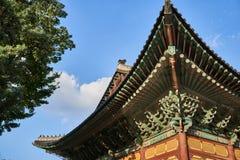 Bâtiment coréen traditionnel montrant les modèles et les décorations géométriques divers au palais de Deoksu en Corée du Sud photo stock