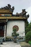 Bâtiment décoré traditionnel de palais de monastère avec les ornements gentils photographie stock