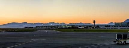 Bâtiment d'aéroport à la nuit Photographie stock libre de droits