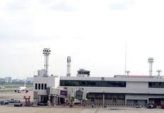 Bâtiment d'aéroport, accessoires environnants pour l'avion et service Photographie stock