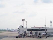 Bâtiment d'aéroport, accessoires environnants pour l'avion et service Images libres de droits