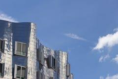 Bâtiment d'abrégé sur ciel bleu image libre de droits