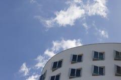 Bâtiment d'abrégé sur ciel bleu photo libre de droits