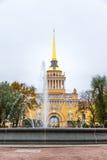 Bâtiment d'Amirauté avec le fontain dans le St Petersbourg Image stock