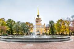 Bâtiment d'Amirauté avec le fontain dans le St Petersbourg Image libre de droits