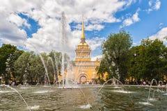 Bâtiment d'Amirauté et fontaine dans le jardin, St Petersbourg Image libre de droits