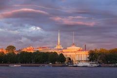 Bâtiment d'Amirauté, St Petersburg, le soleil de soirée Photos libres de droits