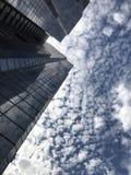 Bâtiment d'angle d'Uprisen haut avec des nuages de dispersion Photos libres de droits