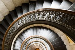 Bâtiment d'Arrott - escalier de marbre en spirale à moitié circulaire - Pittsburgh du centre, Pennsylvanie photographie stock libre de droits