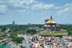 Bâtiment d'Assemblée législative d'état de Sarawak et les bâtiments environnants image libre de droits