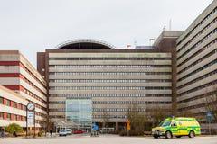 Bâtiment d'hôpital et véhicule d'ambulance, Lund Suède images stock