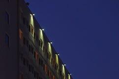 Bâtiment d'hôtel allumé la nuit Images libres de droits