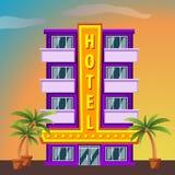 Bâtiment d'hôtel de Miami Beach avec des palmiers au coucher du soleil Photo stock