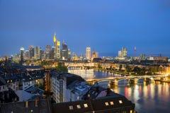 Bâtiment d'horizon de gratte-ciel de mine de Francfort AM au crépuscule Allemagne Images libres de droits