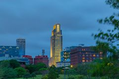 Bâtiment d'Omaha Nebraska First National Bank avec l'horizon au crépuscule Photos stock