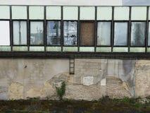 Bâtiment d'usine avec le réservoir d'eau, industrie chimique Lumière du jour, ciel nuageux Photos stock