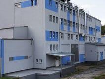 Bâtiment d'usine avec le réservoir d'eau, industrie chimique Lumière du jour, ciel nuageux Photo stock