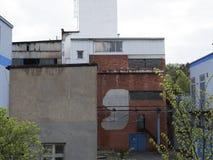 Bâtiment d'usine avec le réservoir d'eau, industrie chimique Lumière du jour, ciel nuageux Images libres de droits
