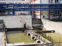 Bâtiment d'usine avec le réservoir d'eau, industrie chimique Lumière du jour, ciel nuageux Image stock