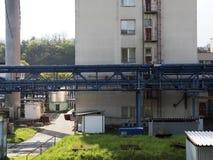 Bâtiment d'usine avec le réservoir d'eau, industrie chimique Lumière du jour, ciel nuageux Photographie stock