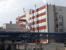 Bâtiment d'usine avec le réservoir d'eau, industrie chimique Lumière du jour, ciel nuageux Images stock