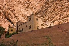 Bâtiment dans le style de casbah au-dessous de la falaise géante à la gorge de Todra au Maroc Photo stock
