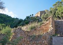 Bâtiment dans les ruines et le nouveau projet Image stock