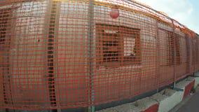 Bâtiment de barrière dans la ville banque de vidéos
