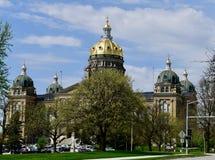 Bâtiment de capitol d'état de l'Iowa apparaissant indistinctement au-dessus des arbres de floraison photos stock