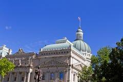 Bâtiment de capitol de l'Indiana avec les cieux bleus Images libres de droits