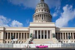 Bâtiment de capitol et vieilles voitures sur la route à La Havane Images stock