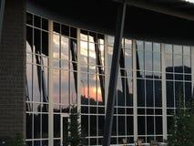 Bâtiment de cascade de réflexion de coucher du soleil Photographie stock