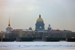 Bâtiment de cathédrale du ` s de St Isaac, de l'Amirauté et du palais Photos libres de droits