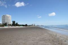 Bâtiment de ciel bleu sur la plage photos libres de droits
