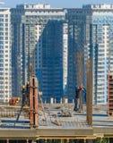 Bâtiment de dessus de travail de travailleurs de la construction Photos libres de droits