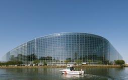 Bâtiment de façade du Parlement européen avec le bateau de gendarmerie de police Photographie stock