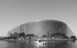 Bâtiment de façade du Parlement européen avec le bateau de gendarmerie de police Images stock