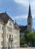 Bâtiment de gouvernement et église de ` s de St Florian, Vaduz, Liechtenstein Photos libres de droits