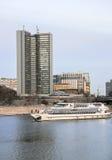 Bâtiment de governmet de Moscou et d'embarcation de plaisance sur la rivière de Moscou Image stock