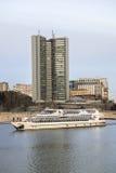 Bâtiment de governmet de Moscou et d'embarcation de plaisance sur la rivière de Moscou Photographie stock