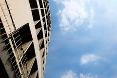 Bâtiment de gratte-ciel et ciel bleu avec le nuage à Bangkok images stock
