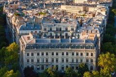 Bâtiment de Haussmanian avec la façade et les dessus de toit curvilignes de Paris, photographie stock